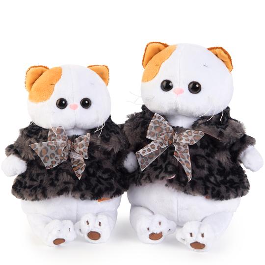 Li-Li in fur coat with bow
