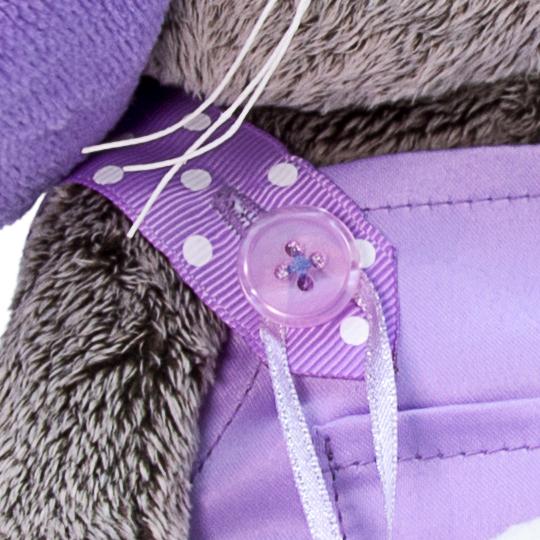 Basik in lila Kleidung mit Herz